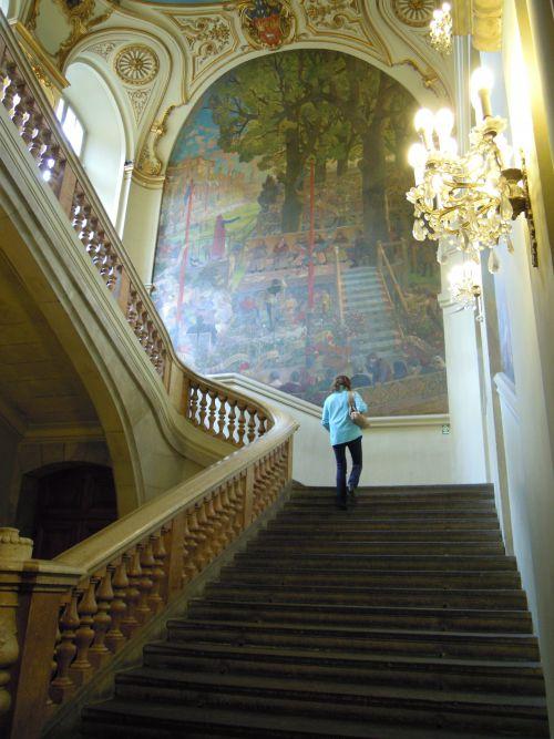 Les escaliers menant à la salle des Illustres