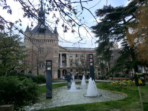 La fontaine du square de Donjon du Capitole