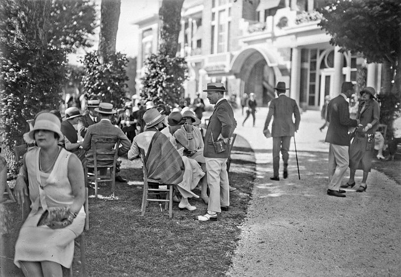 19240824hippodrome_Deauville red.jpg