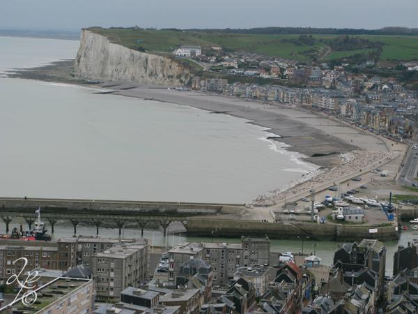 Escale côtière : Côte d'Albâtre Mers-les-Bains au fond et le Tréport devant Mers-les-Bains Département de la Somme Région Hauts-de-France France