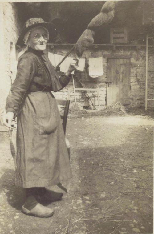Marie Gauthier née Chalard (1871-1960) filant la laine