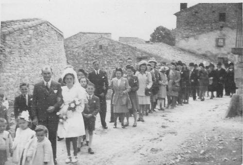 Sortie de messe du mariage de Jean Rudel et Jeanne Plasse à Moissat haut