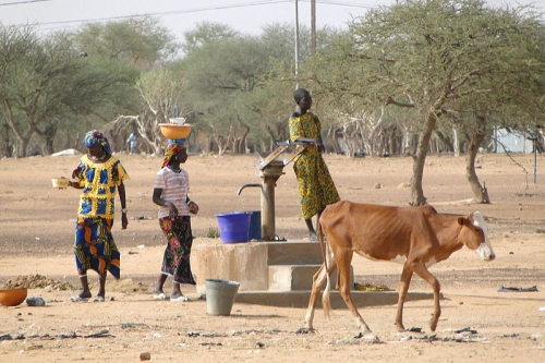 Scene_with_Women_at_Village_Well_-_Dori_-_Sahel_Region_-_Burkina_Faso.jpg