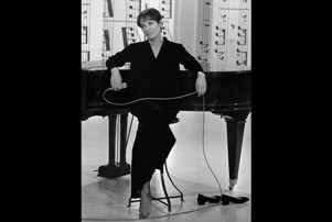 Barbara devant son piano.htm.jpg