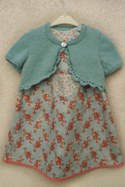 Cache coeur assorti à une robe simple
