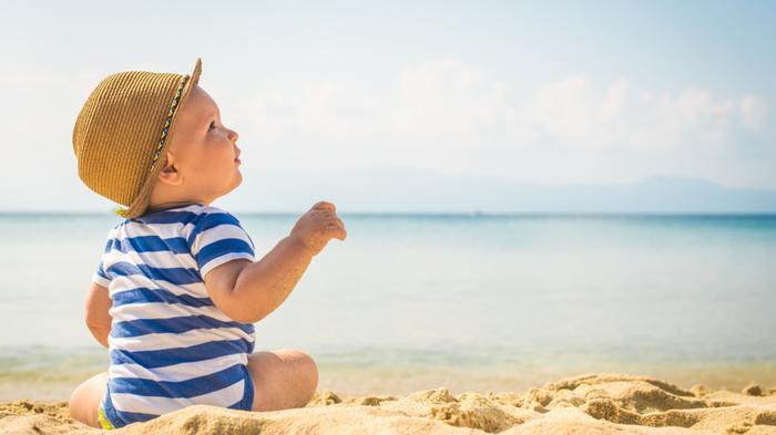 Bebe-assis-sur-la-plage.jpg