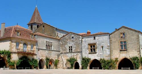 Monpazier_-_Place_des_Cornières_et_église_Saint-Dominique.JPG