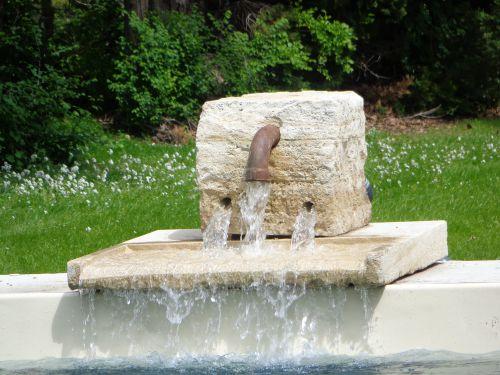21 mai, fontaine fixée au bout de la piscine !!