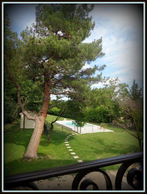Vue du 1er étage sur la piscine clôturée
