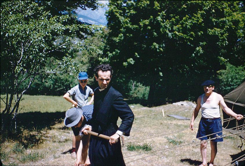 1959 BARATIER-8.juillet-Montage.Marabouts-Père-Jacques-M.Jonveau à droite.jpg