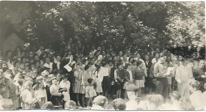 1960 Baratier le 24 juillet Fete des Parents-l'assemblée.jpg