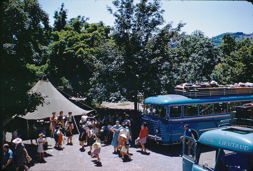 1959 CHARANCE-arrivée.des.filles-4juillet.en.bleu.au.centre-GenevièveLAVIGNE.jpg