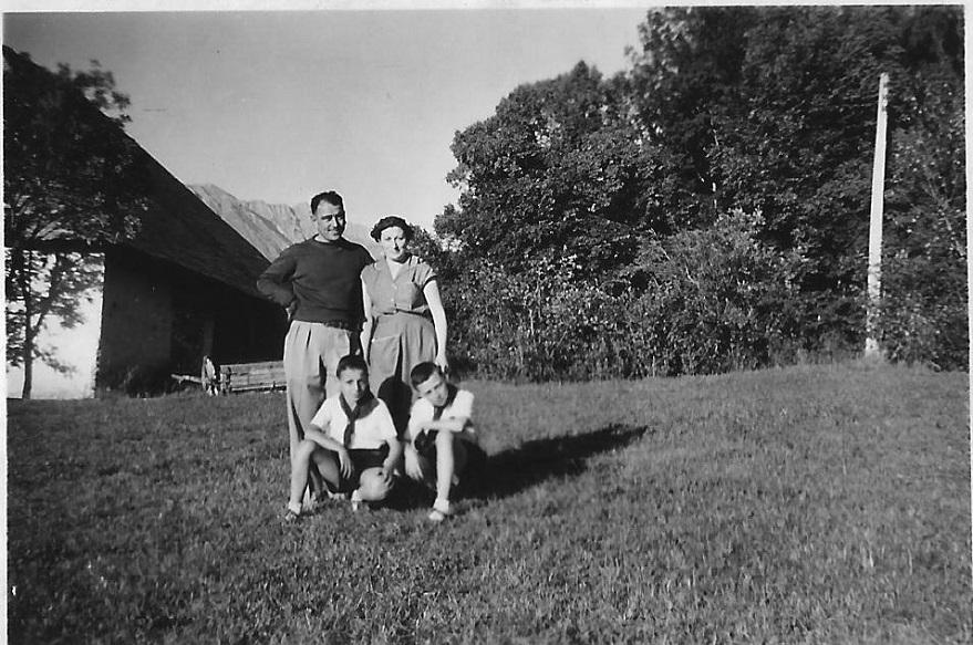 Baratier 1953- M. et Mme Trouchet-Leydier Gérard à gauche Antoine à droite.jpg