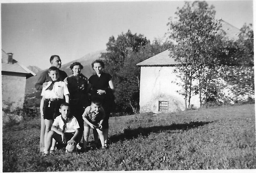 Baratier 1953- Mme Ballet à doite et son fils en visite à Baratier. Gérard debout Antoine devant lui..jpg