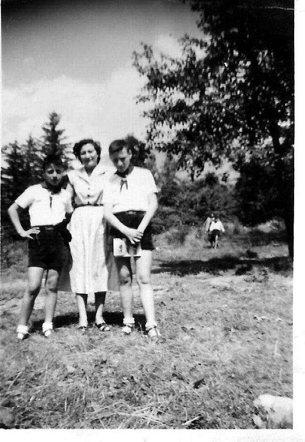Baratier 1954 Journée des parents Gérard à droite avec sa maman et son frère Antoine.jpg