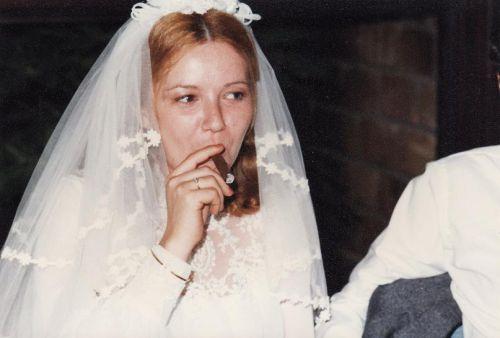 Une pause cigare pour la mariée...