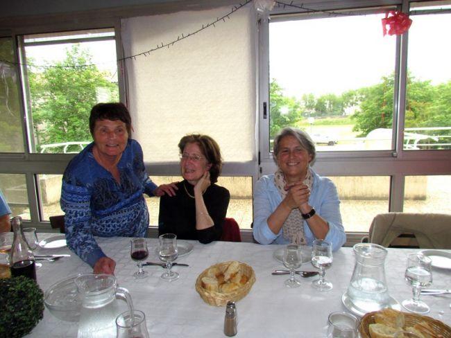 Trois sympathiques compagnes d'anciens de la colo.
