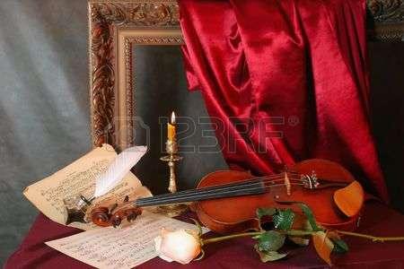 3682637-romantiques-natures-mortes-avec-un-violon-une-fleur-et-une-feuilles-de-musique.jpg