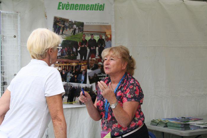 Françoise Belmon tient le stand au forum de Rueil-Malmaison...