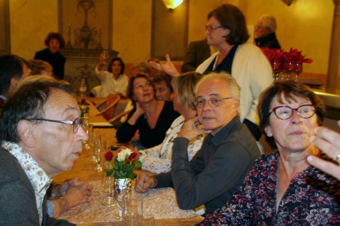 Jean-François, Monique interpellée, Renato, Astride, Brigitte Delobelle, Flore en discussion avec la tablée, Dany qui porte un Salute,