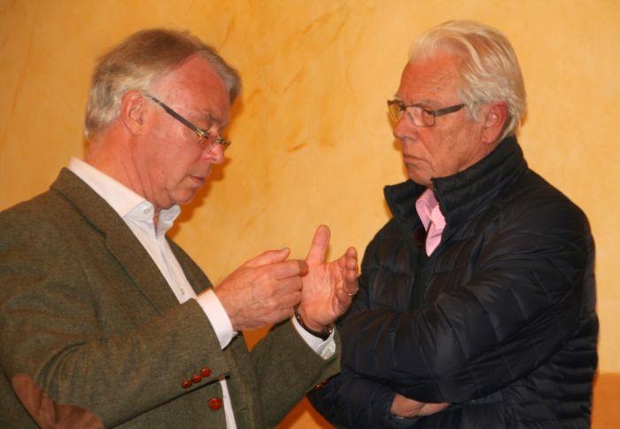 Eric de Sainte Marie explique à Yves Marie Cremer en quoi consiste l'organisation des challenges Fer 9, IdF...