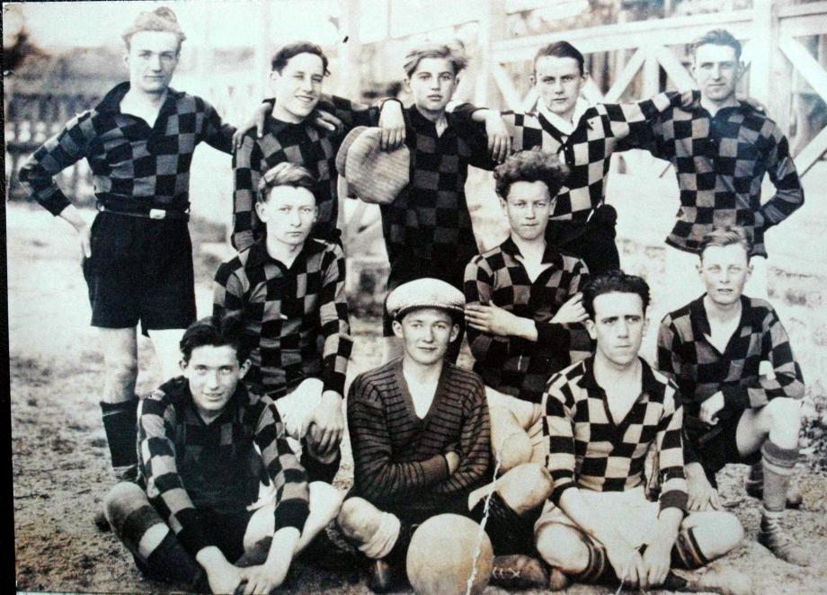3Historique et création club photo des enfants de Lochrist Hennebont à Kervignac en arrière on aperçoit les fameuse tribunes2.jpg