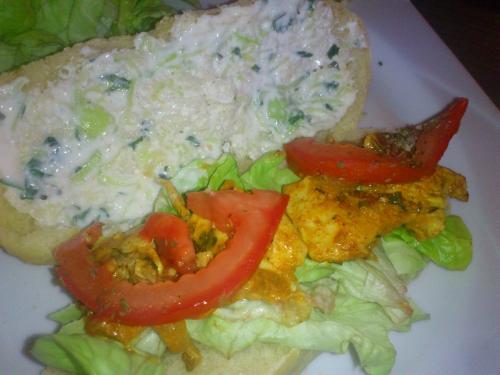 pain pita poulet mariné et sauce fromage blanc menthe comcombre.JPG
