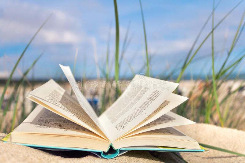 livre-ouvert-à-la-plage-42380713.jpg