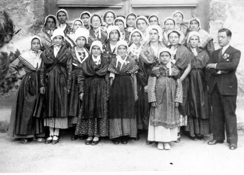 1938 Groupe Provençal devant la Basilique
