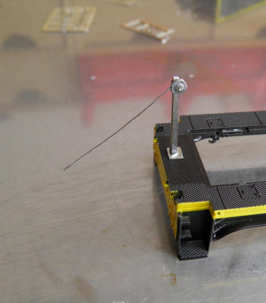 avec du fil ou rivet de 0,4 mm on enfile les 2 demi poulie + la manivelle . poulie dans l'axe de l'attelage et la manivelle coté porte sur un locotracteur par exemple  donc possible qu'il y est 2 poutres differentes si vous faites les 2 cotes