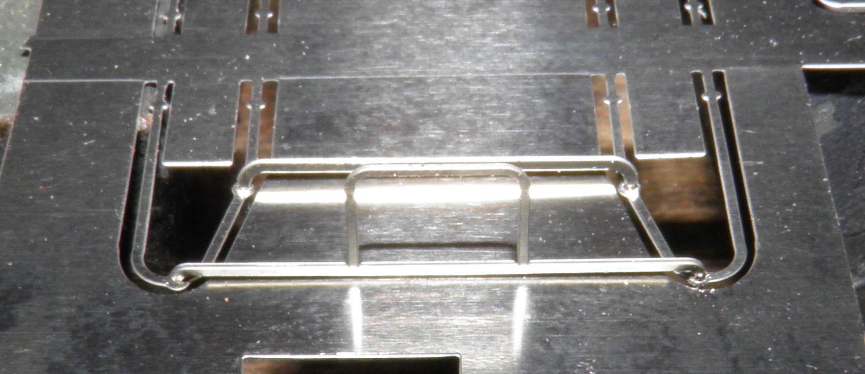 mettre du flux par dessous pour evitez la remontée capillaire (soudure debordant sur la partie visible ) donc soudure par dessous et voici le resultat. par la suite pliez le support superieur ,un leger coup de soudure .ce support peut etre supprimé selon....