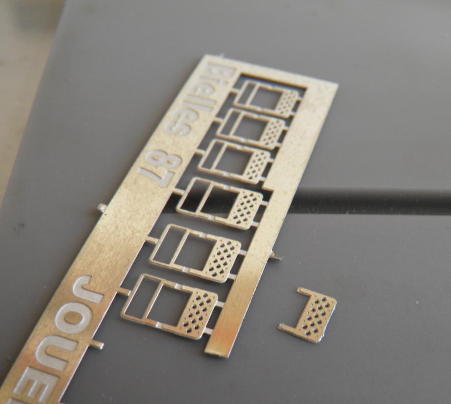 ebavurez, puis 2 solutions : soit vous pliez les bordures (trait de pliage vers l'exterieur) et vous avez une pieces tres jolie ou simplement vous cassez et vous recuperez le M-P seul (photo) ,cet solution est beaucoup plus facile pour cet hj derniere serie . pour la rivarossi pliez (trait de pliage vers l'exterieur) et placez les .