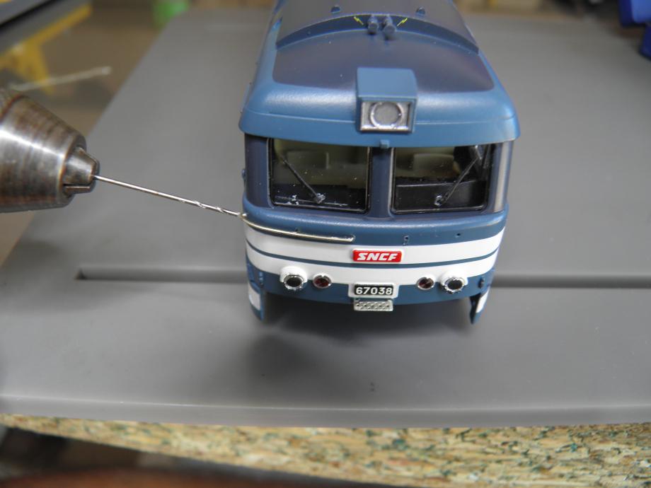 repercez les 6 trous A 0,5 mm . ceux de coté : se mettre perpendiculaire a la caisse et percage legerement vers le bas pour eviter  de toucher le vitrage (trace sur la vitre ,c'est moi ).