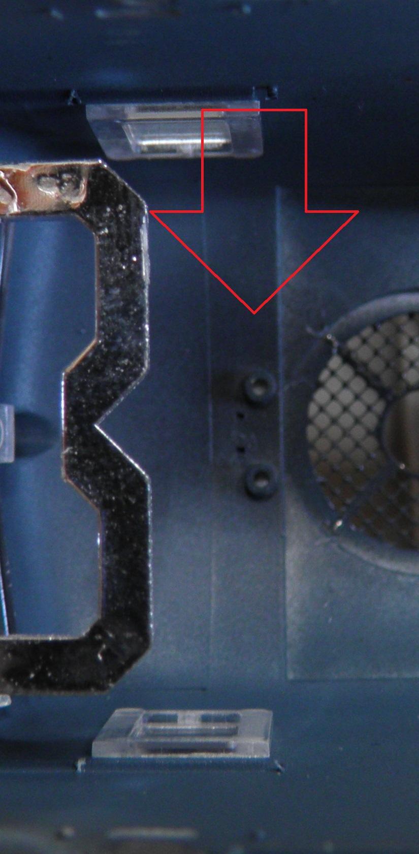 depose de la cabine de conduite coté fleche : levez legerement l'ensemble en tirant en arriere et ca vient tout seul . les 2 guides sous la  fleche rouge correspondent a .........................
