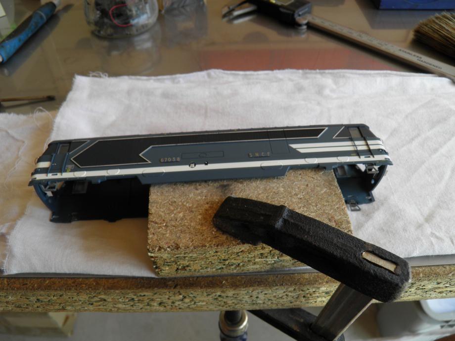 calage de la caisse . pour la decoupe ,il vous faut les 2 mains pour avoir plus de precision dans les gestes. cale bois 30 mm ( reste de plan de cuisine )