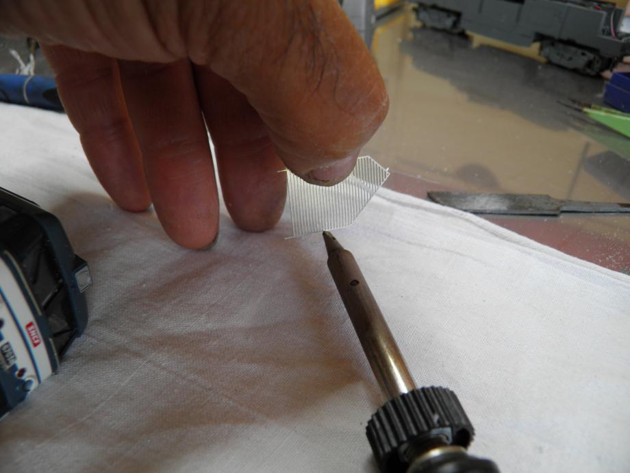 ou charge avec legereté  son fer  et  on soude . ces 2 oprations  sont a faire grille en haut et fer/pinceau en bas pour eviter de charger ces belles grilles ajourées (soudage par remonté capillaire ) apres soudure ,un bizeautage vers l'interieur est un plus