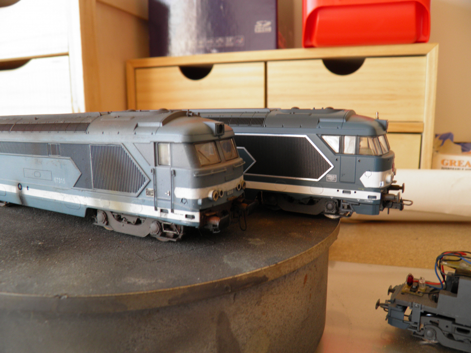 ici une rivarossi / lima  67001 (rare) en restauration   et la 315 modifiée. pas facile a faire et chronophage mais tres payant en realisme ..................... juste pour info : derriere ces grilles de fleche ,il y a un/des radiateurs + une petite passerelle et rambarde  passant entre la grille et le radiateur pour maintenance ..........une idee peut etre ??????????