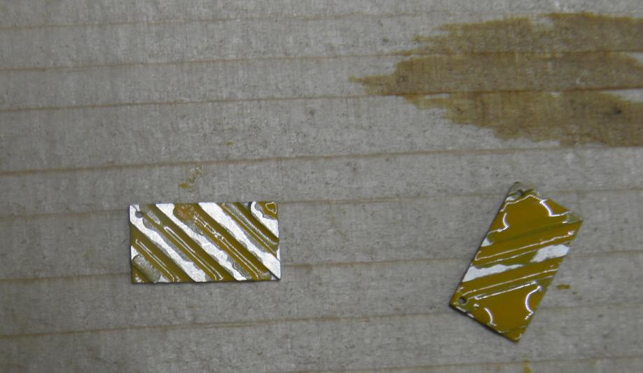 les panneaux : apres leger poncage fin + degraissant (acetone ) , peinture sur les panneaux au pinceau. jaune humbrol glycero .