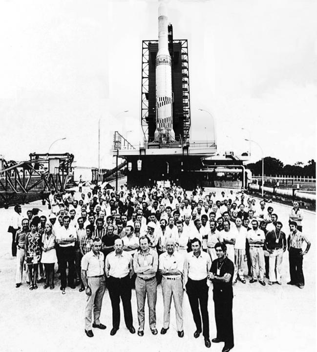 ingénieurs des différentes équipes industrielles environ 120 personnes devant le lanceur europa 2 à Kourou en 1971