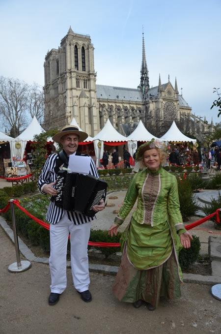 marche-de-noel-paris-notre-dame-chanteurs.jpg