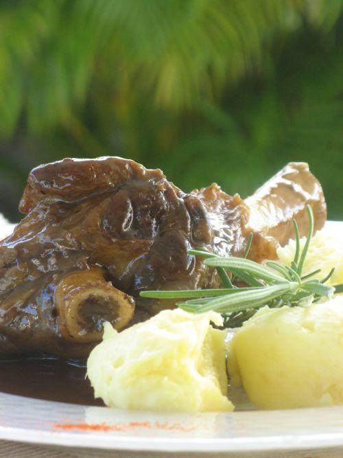 Souris d'agneau confite aux saveurs méditerranéennes
