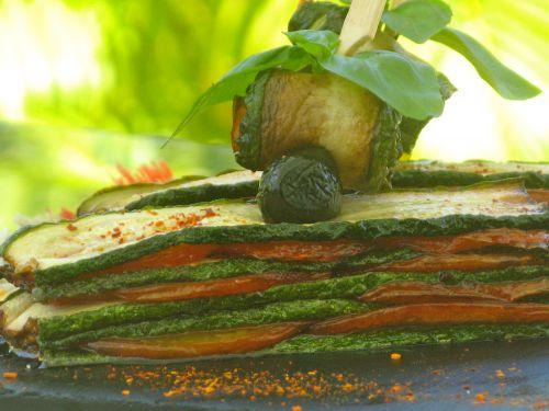 Mille feuilles à la courgette, tomate et basilic