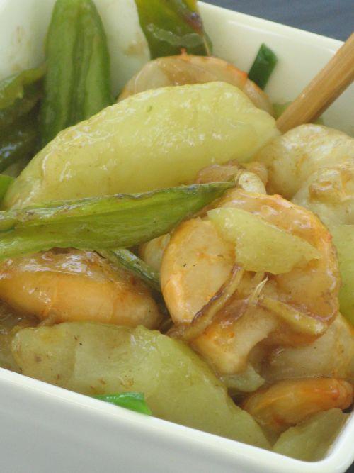 Sauté de crevettes aux chouchous et gros piments
