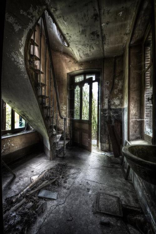 Histoires d'escaliers dans une maison abandonnée ....jpg