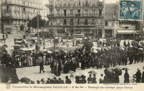 Dijon - 27 mai 1911 - Funérailles de Monseigneur Dadolle - Place Darcy.jpg