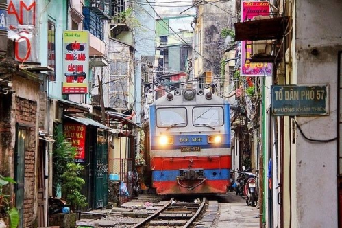 The Backyard Trains of Hanoi 01.jpg