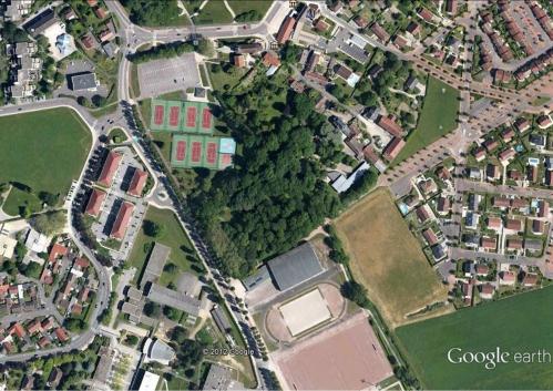 Quétigny Ecole les Cèdes Google Earth.jpg