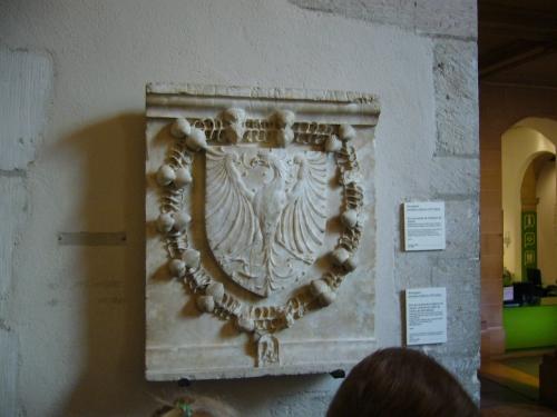 Blason en pierre sculptée.JPG