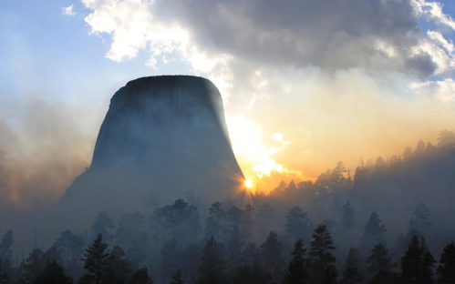 morning_fog_at_devils_tower_in_wyoming.jpg