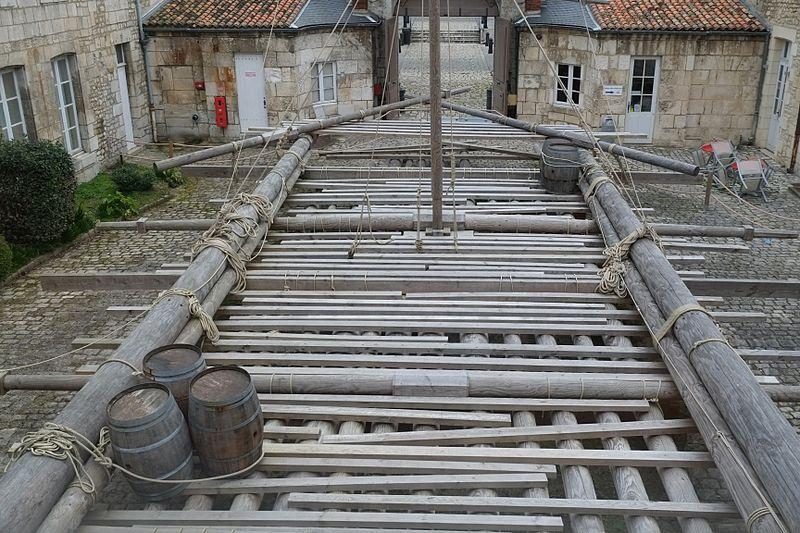 Radeau de la Méduse reconstitué à l'échelle 1 visible dans la cour du musée de la Marine à Rochefort..jpg